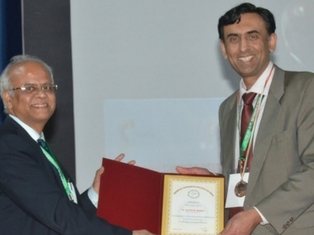 Prof Jas Pal Badyal (r) receives the Chemical Research Society of India's International Medal