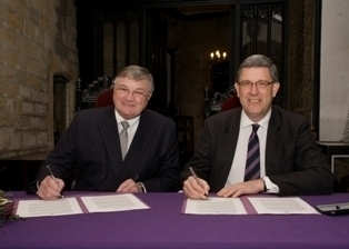 Councillor Young and Vice-Chancellor Prof Higgins sign the scholarship agreement